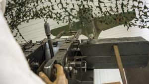 Museoon rakennttu ilmatorjuntakiväärin ja lentokoneen kohtaaminen