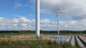 Tuulivoimaa ja aurinkovoimaa Haminan Mäkelänkankaalla.