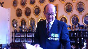 Tuulo Lehtinen esittelee sotilaspoikamuistojaan.