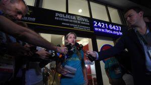 Australian olympiajoukkueen lakimies Fiona de Jong kommentoi tilannetta medialle paikallisen poliisiaseman edessä.