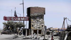 Kuvassa Summit Inn -hotellin perustukset, jotka jäivät jäljelle tulipalosta.