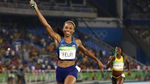 Allyson Felix ankkurina 4 x 400 metrillä Riossa.