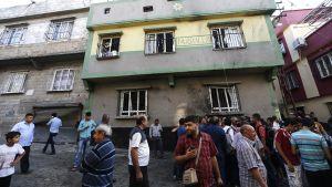 Ihmisiä 20. elokuuta pommi-iskun kohteena olleen talon edustalla Gaziantepissä Turkissa 21. elokuuta 2016.