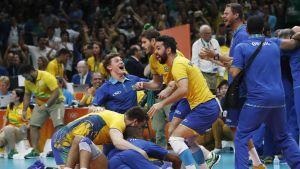 Brasilia juhlii lentopallokultaa.