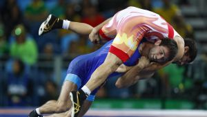 Soslan Ramonov antaa kyytiä vastustajalle Riossa.