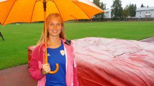 Sofia Heikonen Kemin Sauvosaaren urheilukentällä.