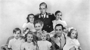 Joseph ja Magda Goebbels perhepotretissa kuuden lapsensa kanssa (Helga, Hildegard, Helmut, Hedwig, Holdine ja Heidrun). Taustalla keskellä Harald Quandt.