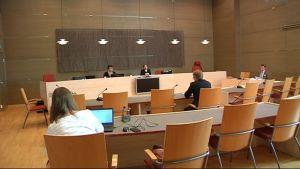 Kymenlaakson käräjäoikeudessa luettiin tänään syyte keskusrikospoliisin rikosylikonstaapelille virkavelvollisuuden rikkomisesta