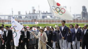 Olympialippu saapuu Riosta Tokioon 2016.