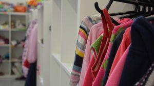 Lasten vaatteita kirpputorilla.