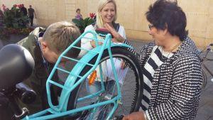 Kävelyn ja pyöräilyn edistämisryhmän Tapio Kinnunen, Tiina Maczulskij ja Armi Salo-Oksa kokeilevat pyörien huoltopistettä.