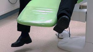 Potilaan jalat hammaslääkärin tuolilla.
