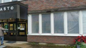 Juvalla rikottiin 18 kunnanviraston ikkunaa.