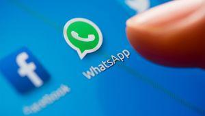 Sormi osoittaa WhatsApp-applikaation ikonia.