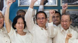 Aktivistit Wilma Austria TIamzon (vasemmalla) ja Benito Tiamzon (keskellä) vapautettiin aiemmin tässä kuussa vankilasta, jotta he voivat osallistua rauhanneuvotteluihin Filippiinien kommunistipuolueen perustajan Jose Maria Sisonin (oikealla) kanssa.