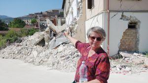Ritva Kettunen-Roselli saapui katsomaan kotikylänsä tuhoja.