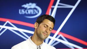 Novak Djokovic tiedotustilaisuudessa.