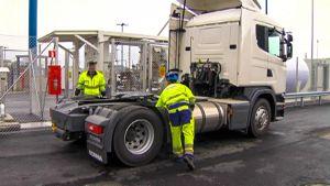 kuorma-autoa tankataan kaasulla