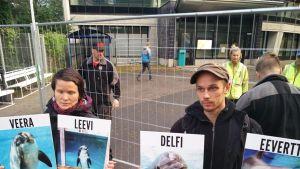 Oikeutta Eläimille -järjestön Miia Muhonen ja Heikki Simonen.
