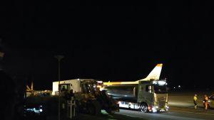 Lentokone ja ajoneuvoja Tampere-Pirkkalan lentokentällä