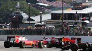 Kimi Räikkönen, Sebastian Vettel ja Max Verstappen kolaroivat lähdössä.