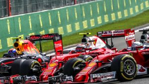 Kimi Räikkönen joutui ilman omaa tahtoaan puserruksiin Sebastian Vettelin ja Max Verstappenin kanssa.