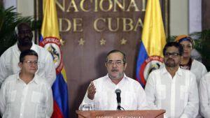 """FARC-johtaja Rodrigo """"Timochenko"""" Londono (keskellä) kertoo pysyvän tulitauon alkamisesta Havannassa, Kuubassa 28.8. 2016."""