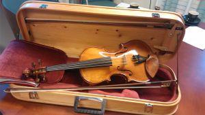 Palaneen Ylivieskan kirkon hirrestä tehty viulu