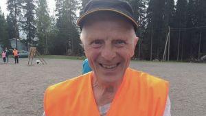 Jouko Varpukoski urheilukentällä.