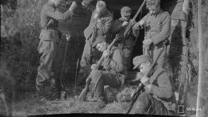 Sotilaita jatkossodan aikaan korsun edessä aseitaan puhdistamassa