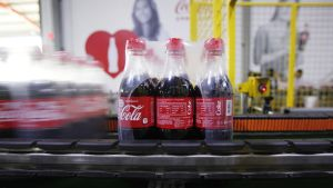 Coca-cola pulloja tehtaalla