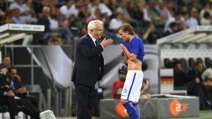Päävalmentaja Hans Backe ohjeisti Alexander Ringiä kesken Saksa-ottelun.