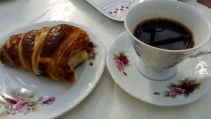 kahvihetki kahvi ja croissant ruusukuppi kahvikuppi