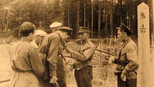 suomalaisia ja venäläisiä rajankävijöitä tupakalla