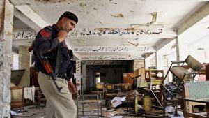 Pakistanin turvallisuusviranomaiset tutkivat pommi-iskun kodetta, Mardanin oikeustaloa, Pakistanissa 2. syyskuuta.