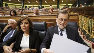 Espanjan väliaikainen pääministeri Mariano Rajoy (oik.) ja varapääministeri Soraya Saenz de Santamari (keskellä) perjantaisessa parlamentin istunnossa Madridissa.