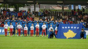 Kosovon pelaajat ennen maan ensimmäistä virallista maaottelua Färsaaria vastaan 3.6.2016.