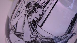 "Sini Majurin lasitaideteos ""Backlit"" tarinasta The Flying Boat."
