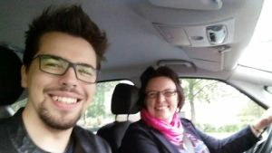 Arttu Rintala äitinsä Terhi Rintalan kanssa autossa.