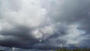 Tumma pilvi taivaalla