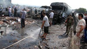Sotilaat ja siviilit tutkivat Arzunan sillan pommi-iskussa kärsimiä tuhoja 5. syyskuuta.