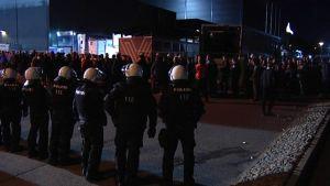 Poliisit seuraavat fanien menoa katsomoon.