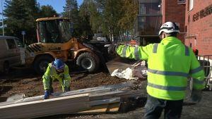 Kaksi miestä rakennustyömaalla.