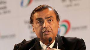 Intian rikkain mies, liikemies Mukesh Ambani puhuu New Delhissä heinäkuussa 2015.