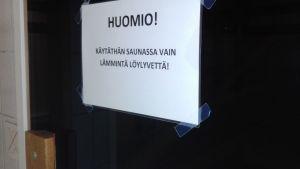 lappu saunan ovessa