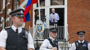 Julian Assange elokuussa 2012, Ecuadorin Lontoon suurlähetystön parvekkeella