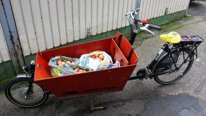 Lastipyörän kyytiin mahtuu melkoinen määrä omenia.