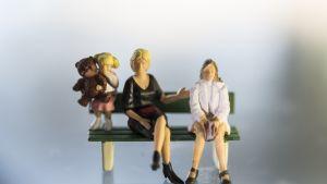 Kuva, jossa 2 aikuisen naisen vahanukkehahmoa, sekä yksi lapsi.
