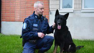 Poliisi Marko Kohonen ja poliisikoira Niilo.