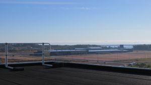 Tehdaskiinteistö Kotkan Mussalossa nähtynä HaminaKotka-sataman konttorirakennuksen kaiteen yli.